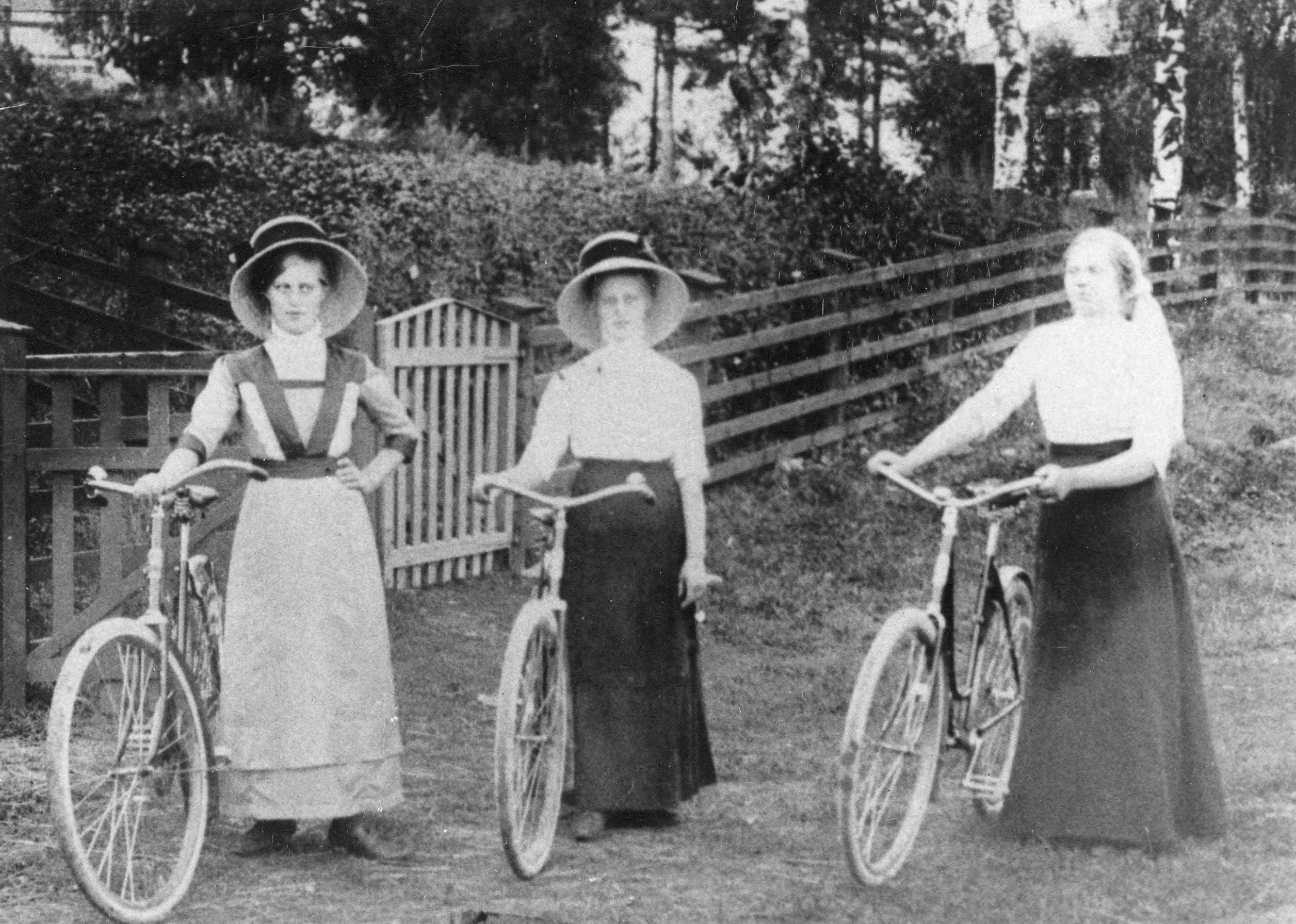 Polkupyöräileviä naisia 1900-luvun alussa, Topothek Mäntsälä CC BY-NC 4.0 Mäntsälä-seura